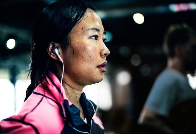 Osoby ćwiczące na siłowni fitness