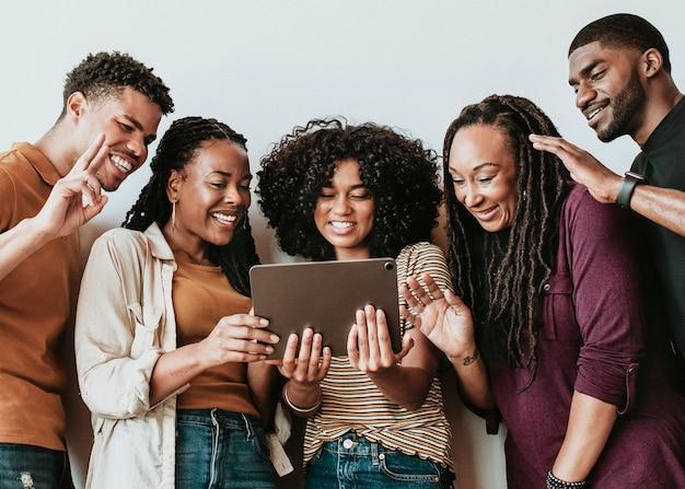 Osoby czarnoskóre prowadzące rozmowę wideo za pośrednictwem cyfrowego tabletu