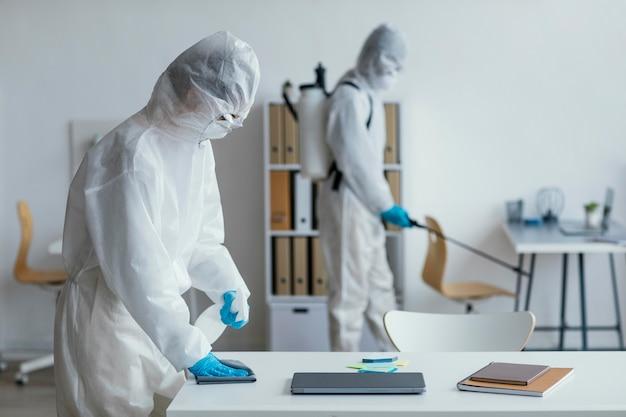 Osoby dezynfekujące obszary zagrożone biologicznie