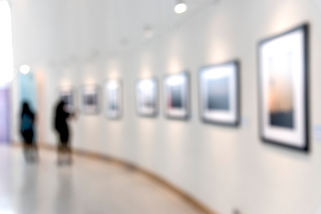 Osoby korzystające z wystawy sztuki