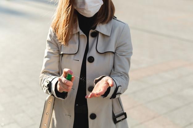 Osoby, które używają antyseptycznego żelu na bazie alkoholu i noszą maskę profilaktyczną