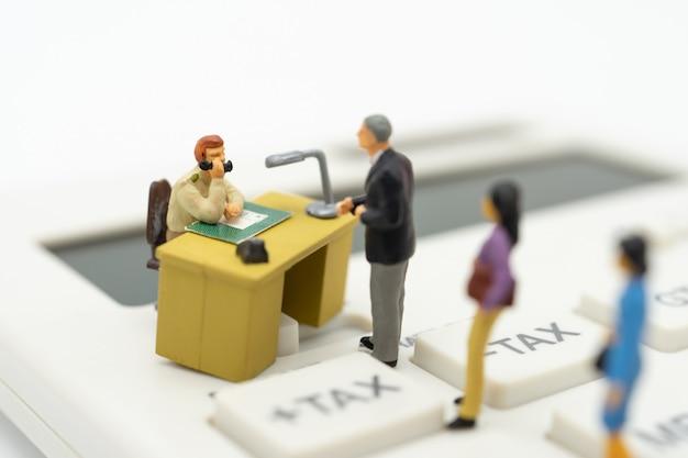 Osoby miniaturowe kolejka wypłat roczny dochód (tax) za rok na kalkulatorze.