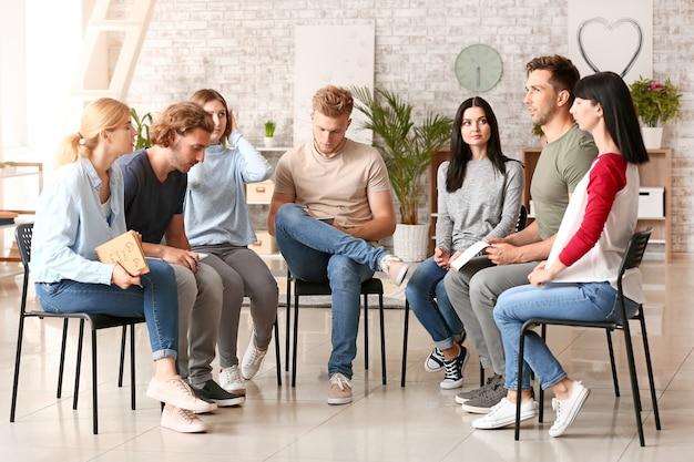 Osoby na sesji terapii grupowej
