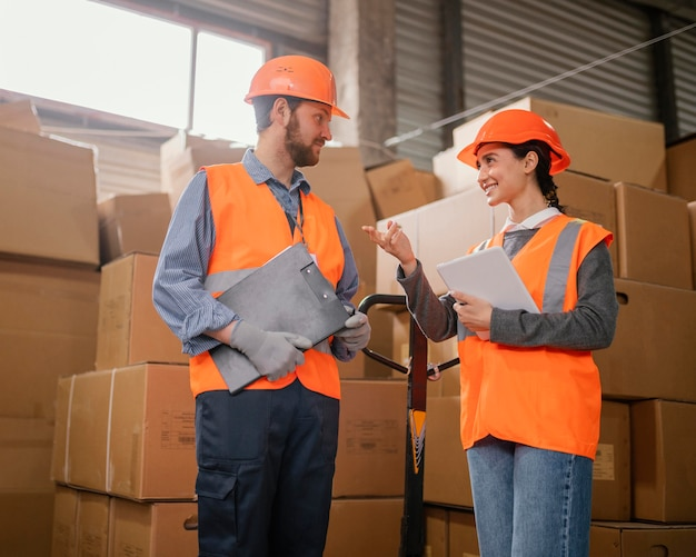 Osoby noszące czapkę ochronną w pracy