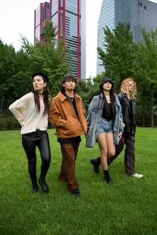 Osoby noszące ubrania w estetyce k-pop