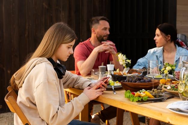 Osoby o średnim ujęciach jedzące razem .