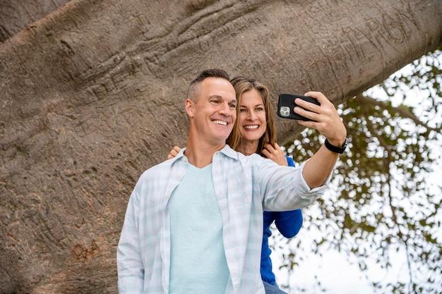 Osoby o średnim ujęciach robiące selfie