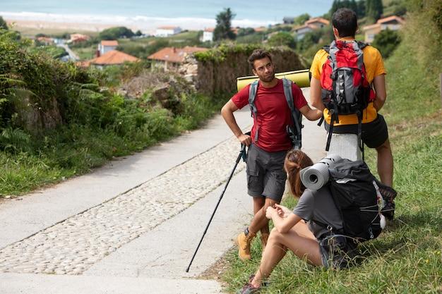 Osoby podróżujące razem z plecakami