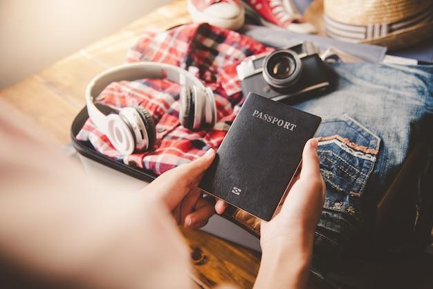 Osoby posiadające paszporty, mapę do podróży z bagażem na wyjazd