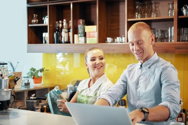 Osoby pracujące w coffeeshopie