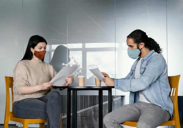 Osoby pracujące z poszanowaniem ograniczenia dystansu społecznego