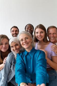 Osoby robiące razem selfie w dniu rejestracji