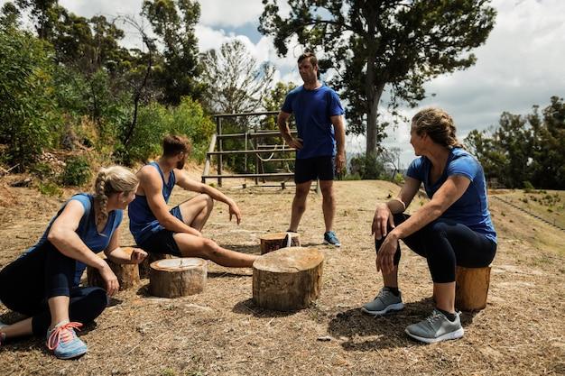 Osoby słuchające instrukcji trenerów podczas obozu szkoleniowego