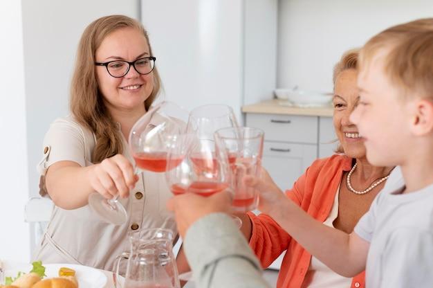 Osoby spędzające razem czas na spotkaniu rodzinnym