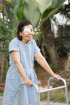 Osoby starsze używają osłony oczu po operacji zaćmy na podwórku