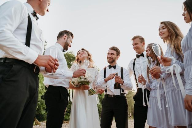 Osoby świętujące wesele na plaży