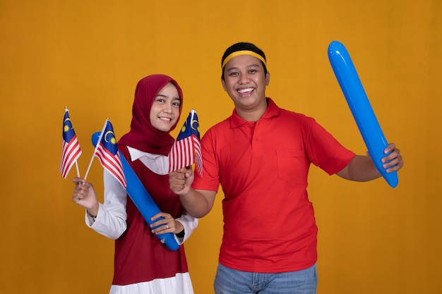 Osoby trzymające flagę malezji świętują malaysia super league
