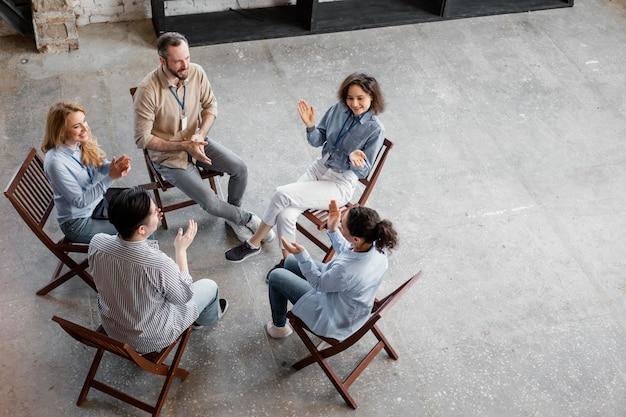 Osoby w grupie terapeutycznej pełne ujęcie