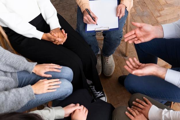 Osoby w kręgu podczas sesji terapii grupowej