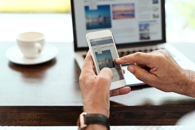 Osoby w podeszłym wieku człowiek używa telefonu komórkowego