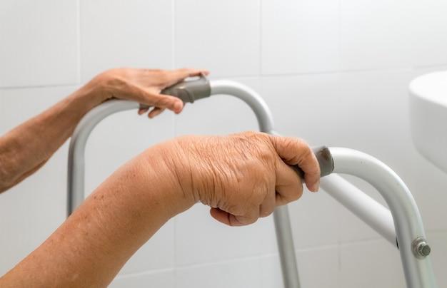 Osoby w podeszłym wieku opuchnięte ramię lub ramię z obrzękiem