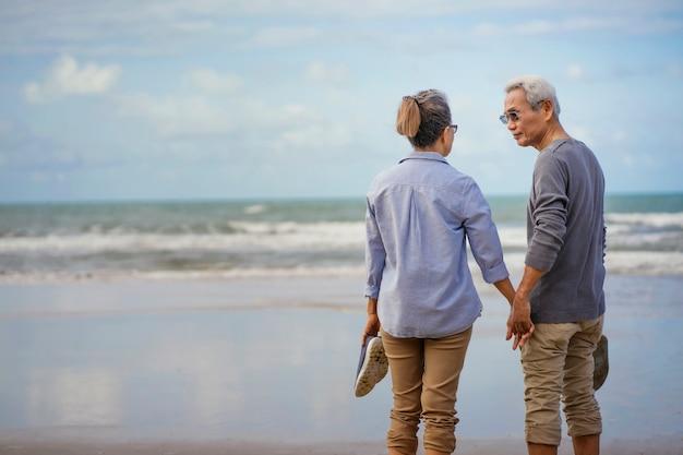 Osoby w podeszłym wieku para nad morzem