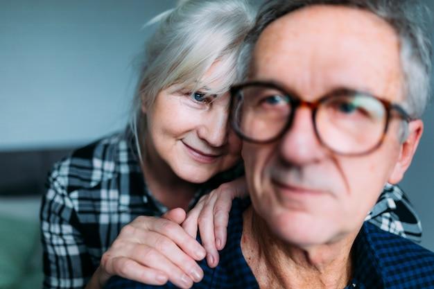 Osoby w podeszłym wieku para razem w domu starców
