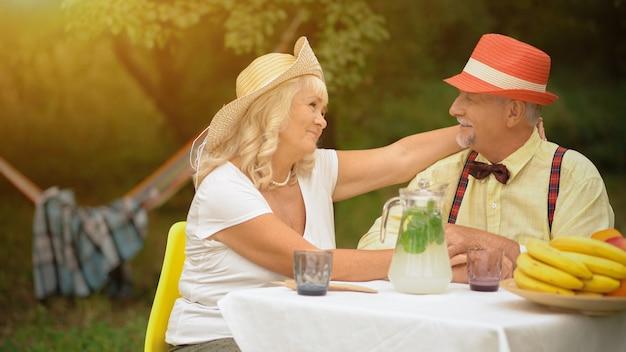 Osoby w podeszłym wieku para siedzi w ogrodzie