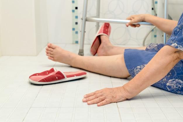Osoby w podeszłym wieku wpadające do łazienki z powodu śliskich powierzchni
