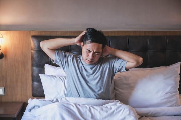 Osoby w stanie delirium śpiące na łóżku