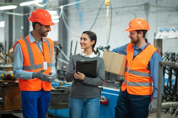 Osoby w wyposażeniu ochronnym w miejscu pracy