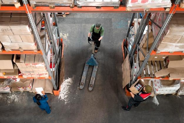 Osoby wspólnie zajmujące się logistyką magazynową