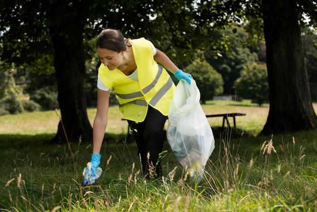 Osoby wykonujące prace społeczne poprzez zbieranie śmieci na zewnątrz