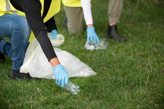 Osoby wykonujące prace społeczne poprzez zbieranie śmieci w naturze