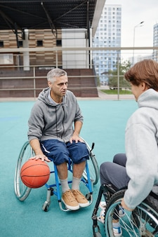Osoby z paraplegią grające w koszykówkę
