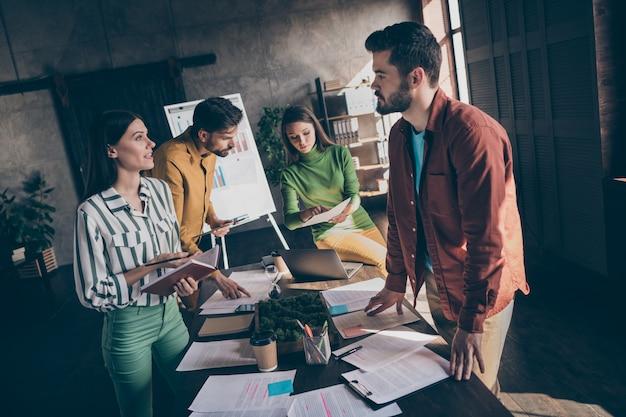 Osoby zajmujące się biznesem omawiające różne sposoby rozwiązywania problemów ze strategią rozwoju firmy