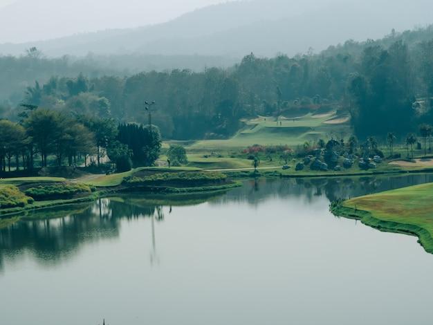 Ośrodek golfowy z otaczającą górą