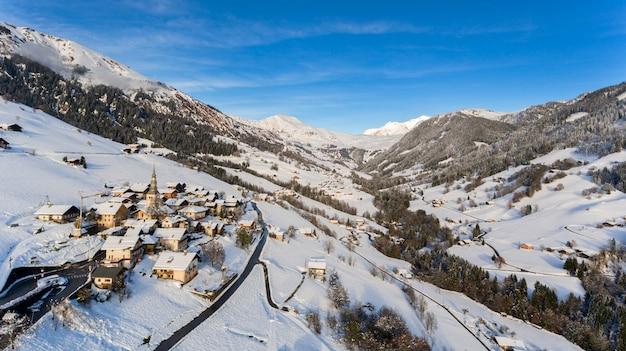 Ośrodek narciarski i wieś pokryte śniegiem w alpach