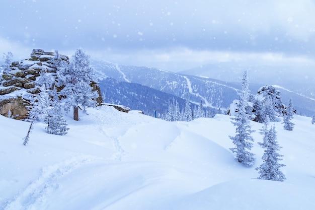 Ośrodek narciarski sheregesh w rosji położony w górach shoriya siberia zimowy krajobraz w kolorze niebieskim