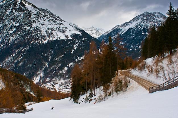 Ośrodek narciarski soelden w pochmurną pogodę.