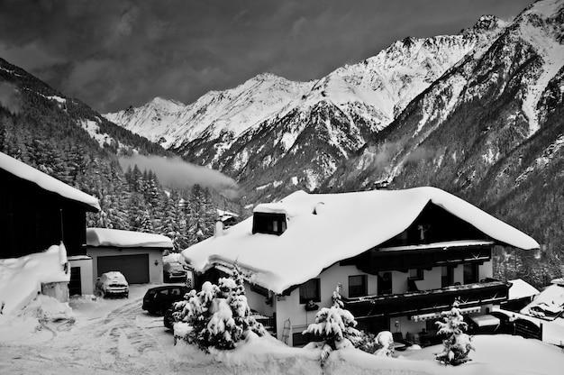 Ośrodek narciarski soelden w zimowy wieczór.
