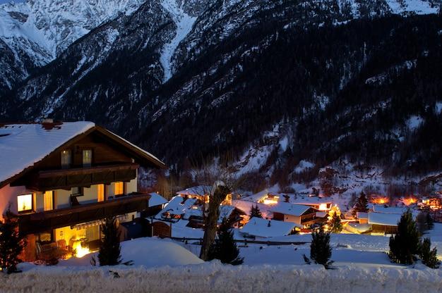 Ośrodek narciarski soelden zimą po zachodzie słońca.