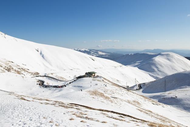 Ośrodek narciarski w górach we włoskich alpach.