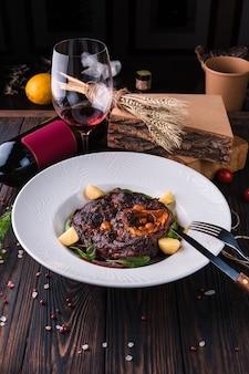 Osso buko - duszona golonka wołowa z warzywami korzeniowymi, ziołami i winem z gotowanymi mini ziemniakami