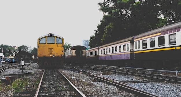 Ostatni dworzec kolejowy. pociągi zatrzymują się na ostatnim dworcu kolejowym.