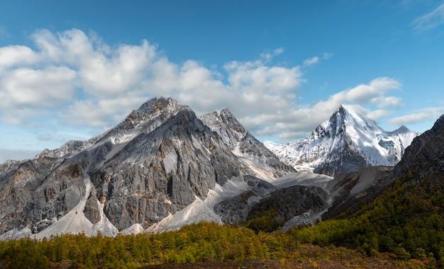 Ostatni shangri la, daocheng-yading, piękny widok na rezerwat przyrody yading, daocheng, syczuan, chiny