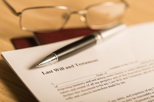 Ostatnia wola i testament z piórem i okularami