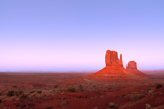 Ostatnie promienie zachodzącego słońca oświetlają słynne buttes of monument valley na pograniczu arizony i utah w usa