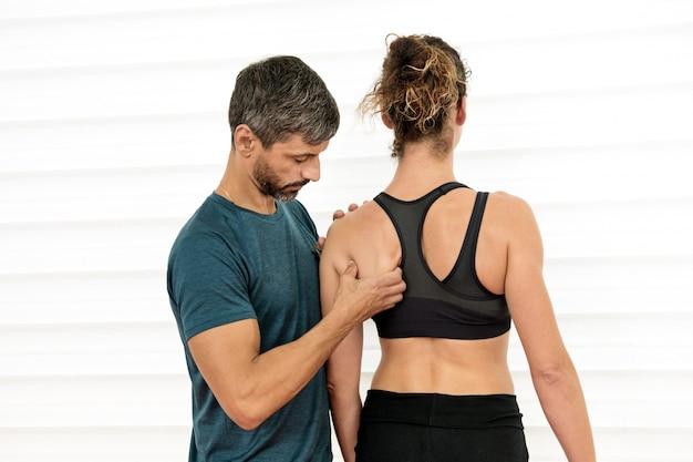 Osteopata dokonuje oceny łopatki