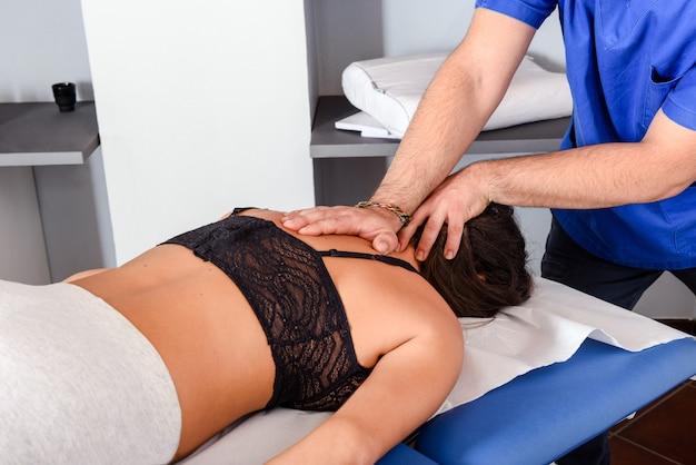 Osteopata działa na szyję i ramiona